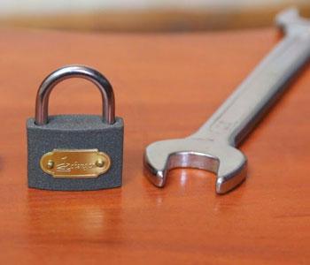 висячий механизм и гаечный ключ