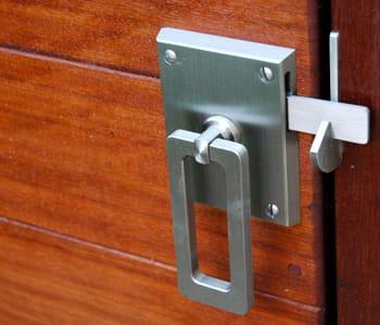 Щеколда на двери