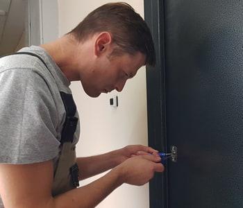 Мастер вскрывает входную дверь